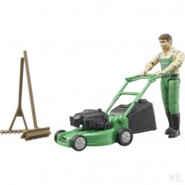 Gartner med græsslåmaskine og tilbehør